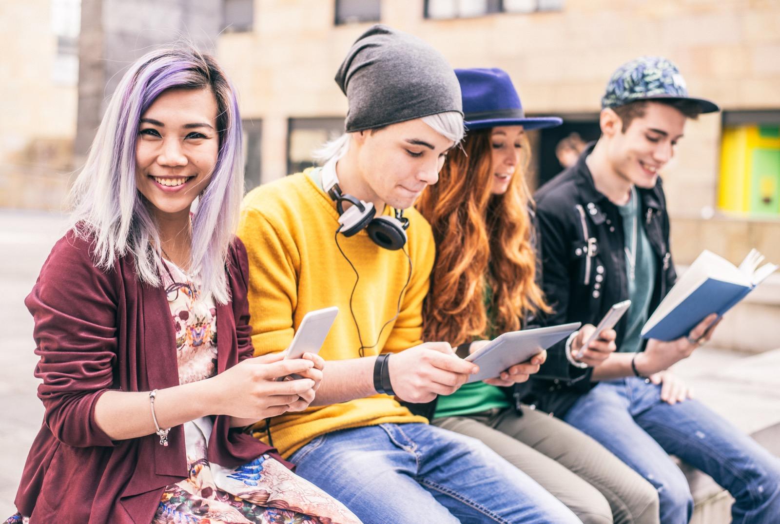 Adolescentes con el Móvil