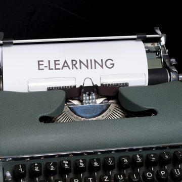 Maquina de escribir con las letras: e-learning